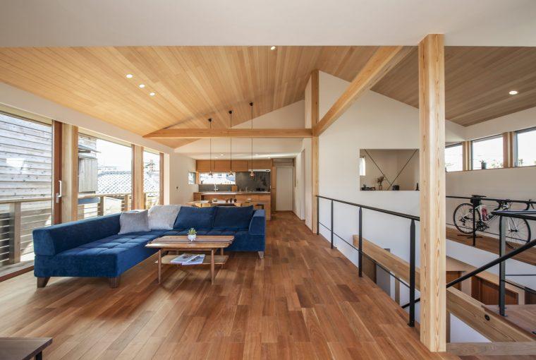 大型の木製引き戸が連なり、開放的なリビングダイニングキッチン。吹き抜けの周りを回遊できて、自宅で仕事をすることが多くなるこれからの時代を見越したテレワークやホームワークできる書斎につながる。ゆったりとした明るく趣味部屋にもなる書斎からは土間や鎌倉の山並みを望むことができるようにカウンターを配置。屋根なりのの勾配天井が伸びやかな空間を生み出している。