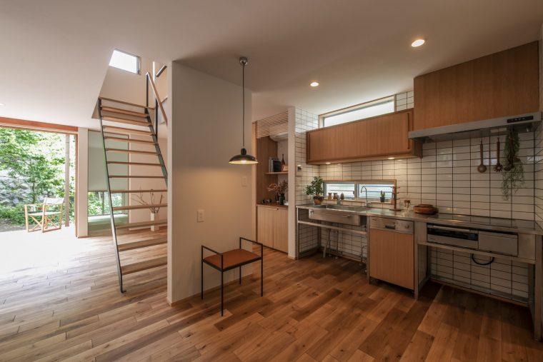 キッチンには大きなアンティークテーブルを持ち込まれる予定。作業台の周りを広くして大勢で料理を楽しめるように。