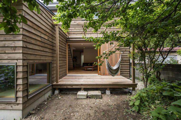 外壁とデッキにレッドシダーを採用。特有のよい香りが漂います。ハンモックに揺られながら緑豊かな鎌倉での暮らし