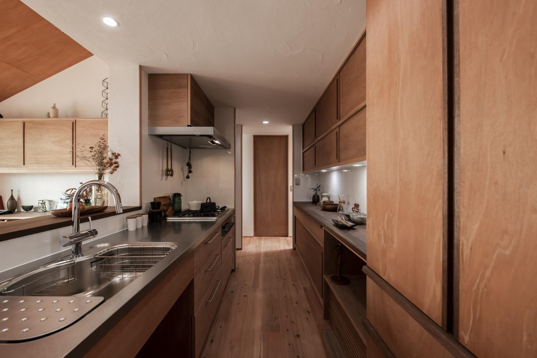 フルオーダーキッチンはシンクの形から、コンロや食洗器などもすべてのメーカーから採用可能。汎用的な素材を使えば何年たっても手直しして使えます。