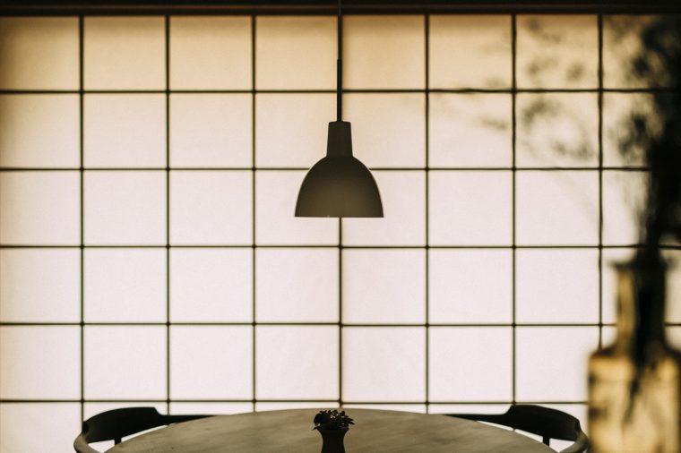 日本の住宅建築の大家 吉村順三さんのデザインで有名なその名の通り「吉村障子」すべての障子の桟が同じ太さのため、統一感のある綺麗な桝格子で数枚の障子が並んでも一枚に見える誰もが知る秀逸のデザイン