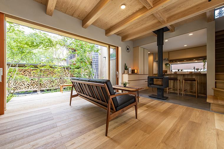 アトリエモデル「KIINARI MODEL」リビングからデッキへつながる木製建具は3.5m幅もある外の両引き分けタイプ。 網戸もしまえるのでいつもクリアな視界に。