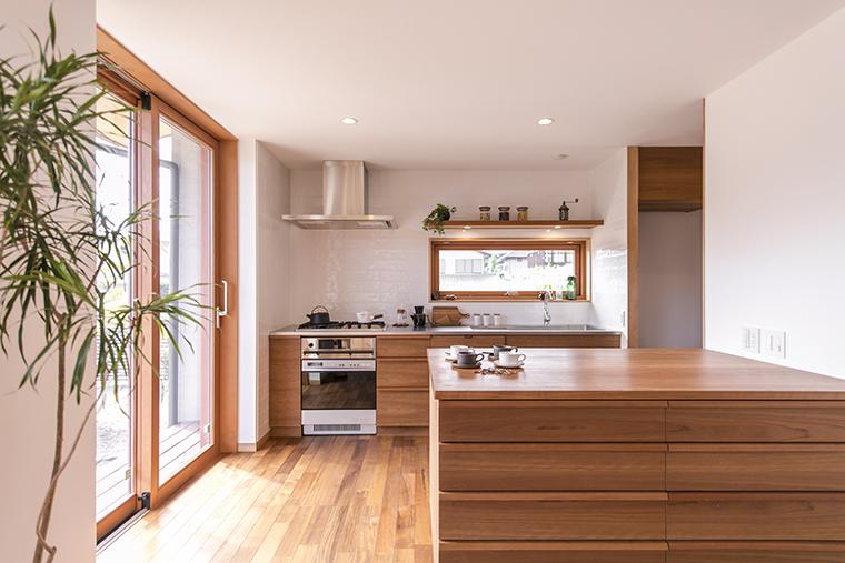 キッチン前の横すべり出し窓(トップスイング窓) は風も通しながら雨もしのげる便利な窓
