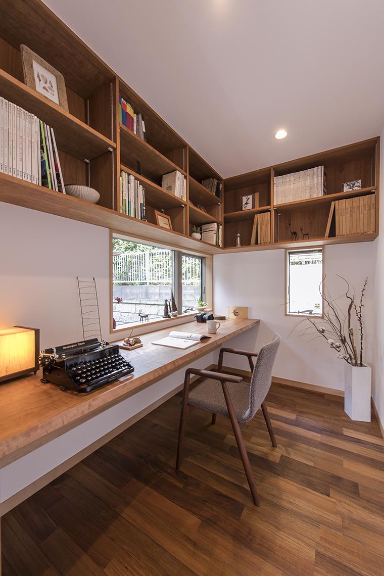 緑のある中庭を望む3畳ほどの書斎。チークのフローリングとブラックチェリーの無垢カウンターを造り付けて、落ち着いた自分だけの空間。リモートワークやオンライン会議などホームワークに最適で、一日中作業しても快適な暮らし。