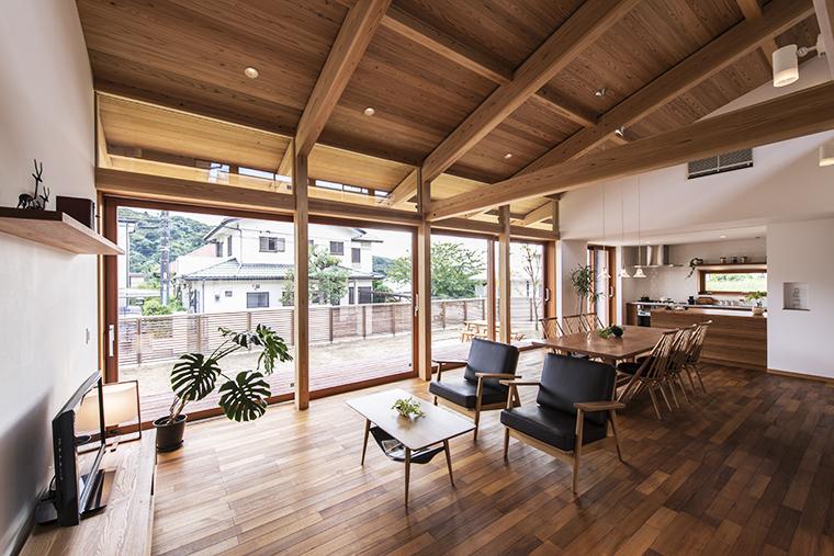 平屋ベースの「悠景の家」。一間ピッチの柱や梁の構造体に揃えた4枚の木製建具。素材としても無垢構造体とマッチした統一感も魅力。フレームを合わせることでガラス面のみスッキリと見せるデザインに。