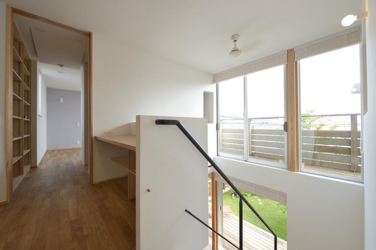 2階ホールのデスクコーナー。専用の空間をとることが難しい場合でも、廊下のスペースを兼ねた、1畳ほどの空間にカウンターと棚を作り付ければ、立派なワークスペースに。