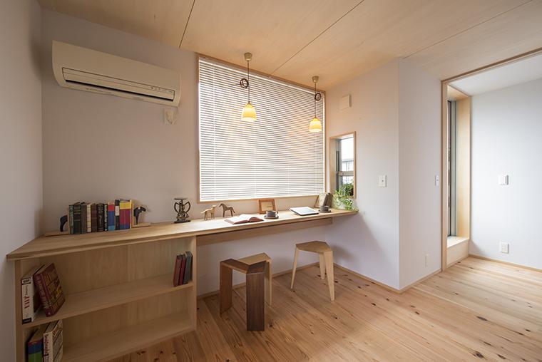 寝室の1角のデスクコーナー。リビングから距離があるので静かな上に、日中は個室として利用できます。