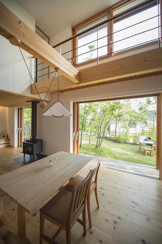 葉山の「NOOK モリノイエ」は雑木の庭につながる引き込み木製サッシを連続で採用