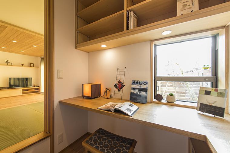 キッチンパントリーやリビングタタミコーナーと回遊できる0.75坪のワークスペース。扉で仕切れば完全個室に。家事コーナーとしても活用している。