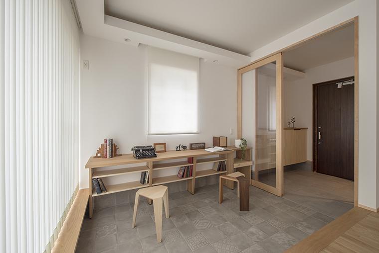リビング横の通り土間に配したワークスペース。床への汚れも気にせず、作業の種類を選びません。土間には床暖房を敷設して快適性UP。