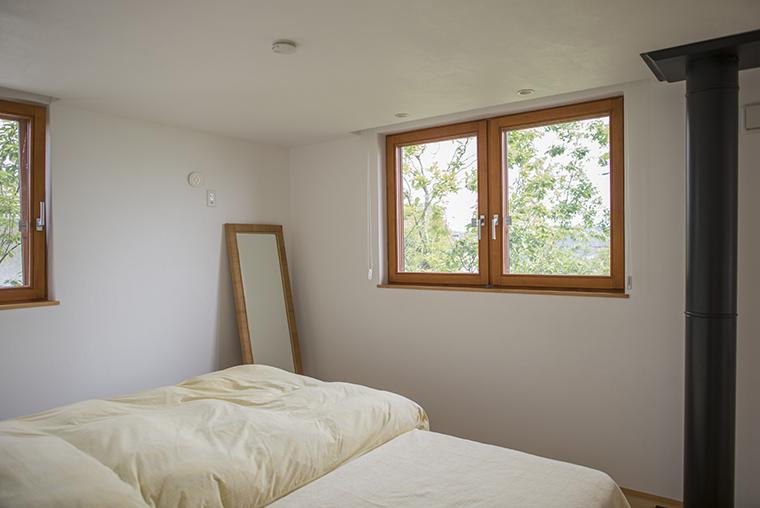 換気だけをする時は内倒しに(写真左側窓)。風を入れたり、ガラスを拭く時には内開きに。