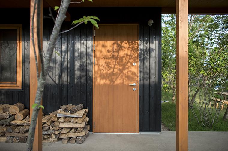 断熱材をサンドイッチして高断熱性の木玄関サッシ。特殊な機構のレバーハンドルで防犯性にも優れています。