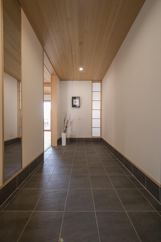 玄関入って正面に続く通り土間。玄関からリビングの様子は見えず、プライベートも確保しています。