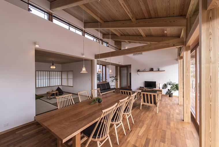 【8位】「悠景の家」存在感のある登り梁を中心に大屋根を表しにした、平屋ベースのお宅のリビングです。チークのフローリングとアメリカンチェリーの造作家具で統一した室内は、味わい深い色合い落ち着いた佇まいです。