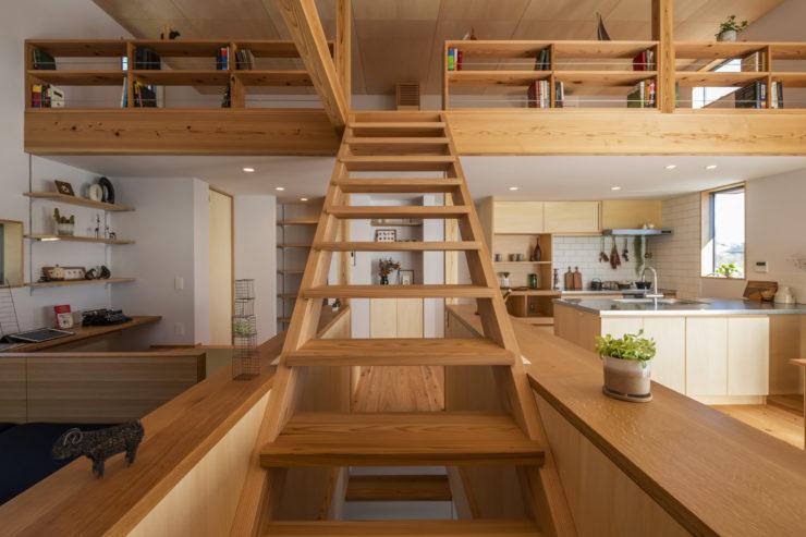 化粧国産杉が綺麗な吹き抜けのある二階リビング。書斎や本棚のあるロフトに、小上がりの畳コーナーや造作ソファで居場所が沢山ある暮らし